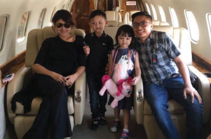 Keluarga dalam pesawat charter private jet